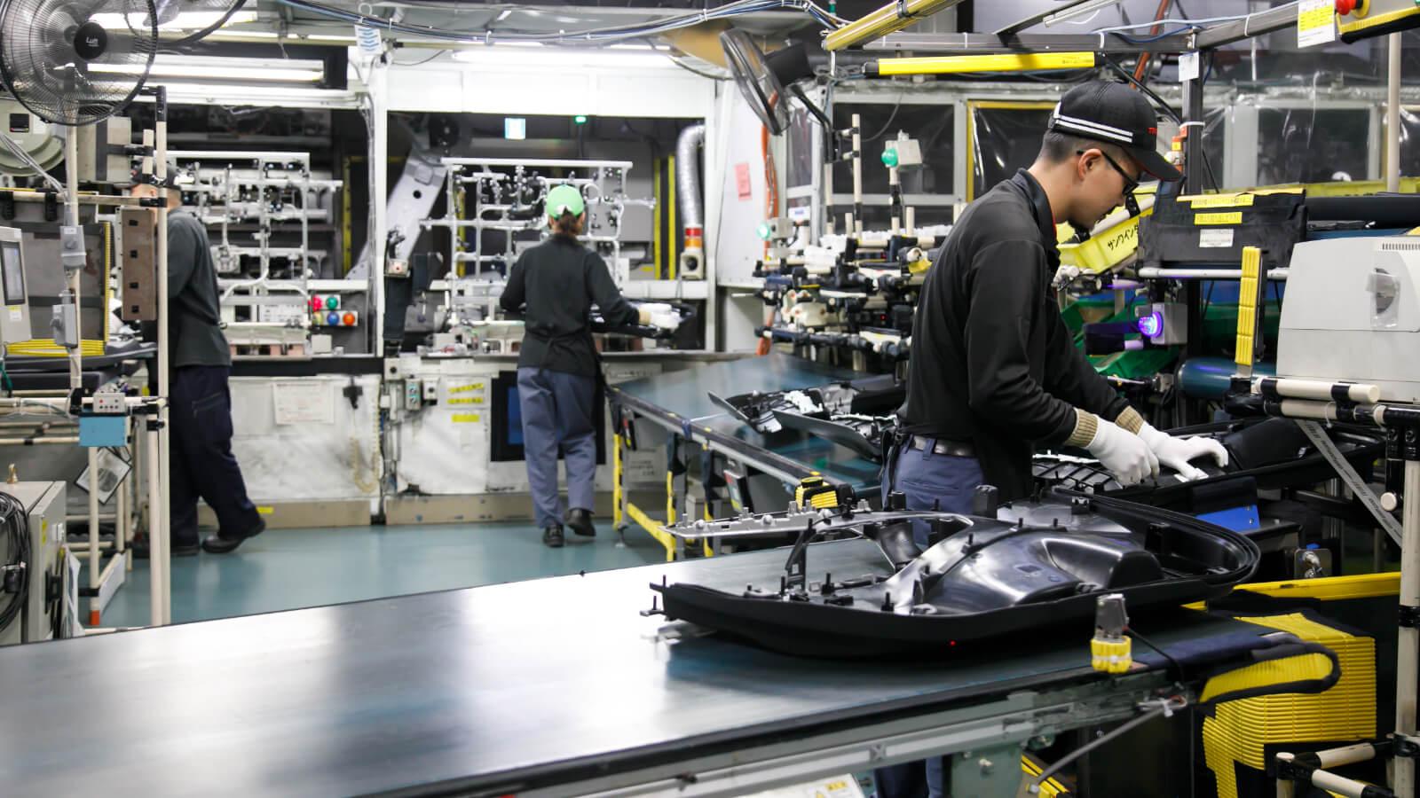 篠原工場のドアトリム生産ライン