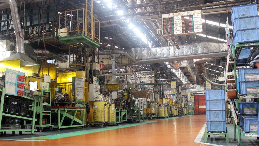 足廻り部品をメインとした小物部品生産と金型造型部門を併設した工場